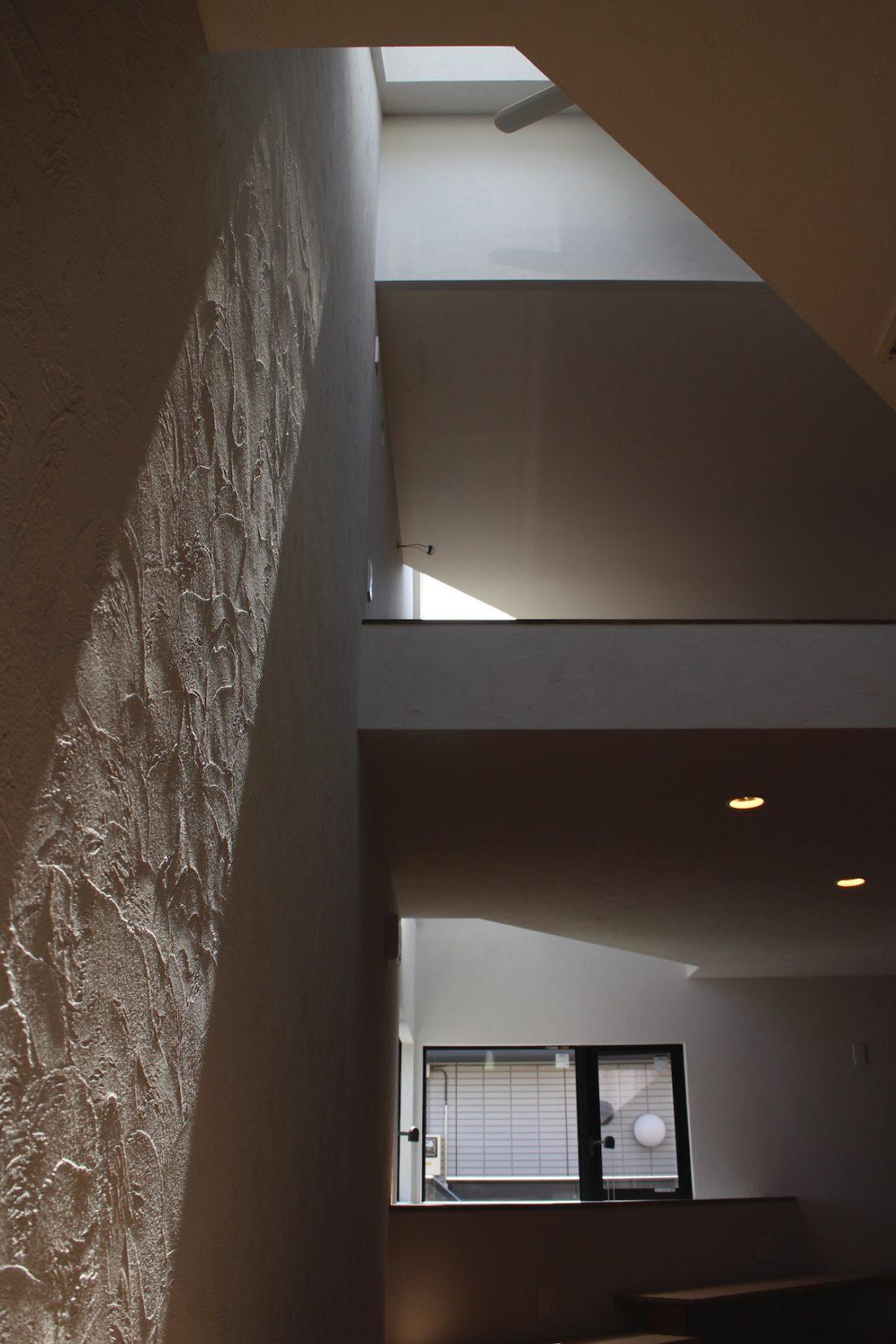 シラス壁を這う天空から注ぐ光