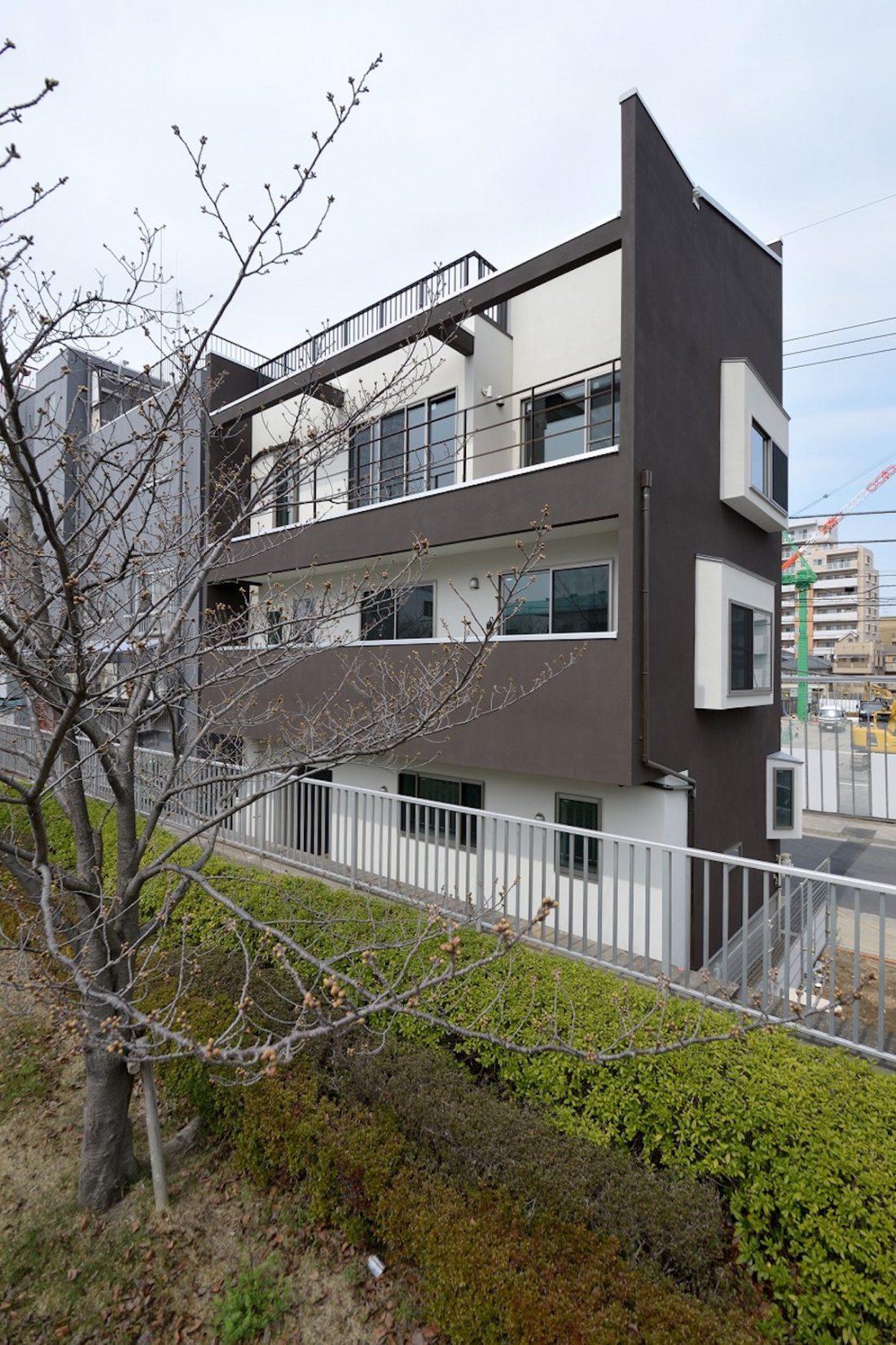 桜並木を望む家