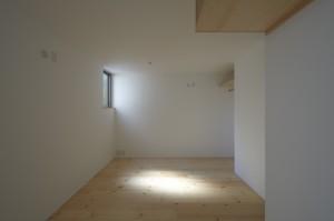 松庵の家 1階隙間から差し込む光