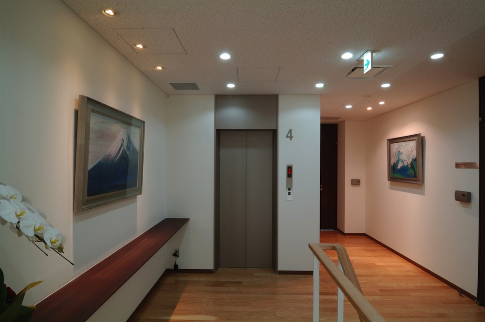 企業本社オフィスビル本社建物-41-階段室絵画美術展示
