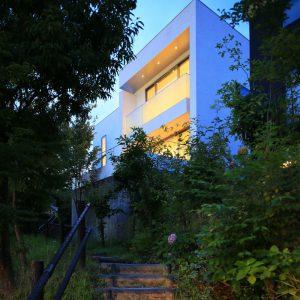傾斜地に建つ2世帯住宅
