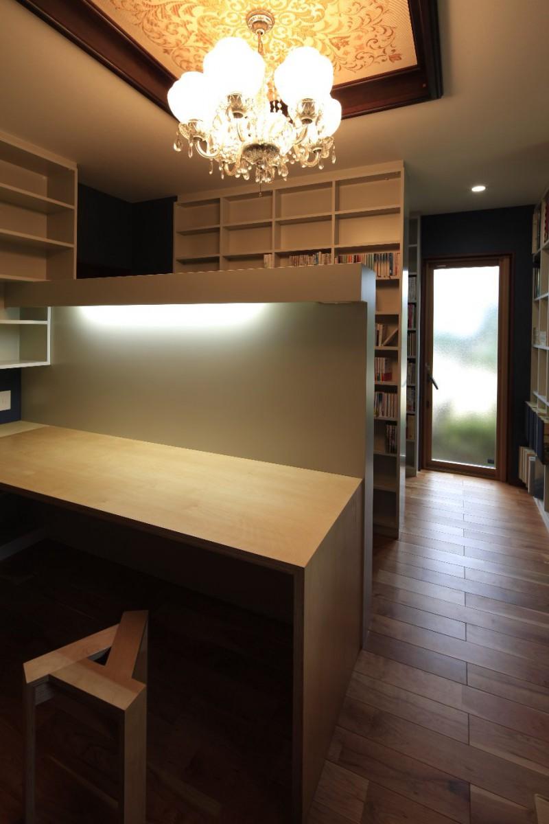 シャンデリアのある書斎