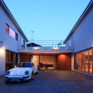 中庭ガレージの家 【中庭、屋上緑化、シアターを楽しむ家】
