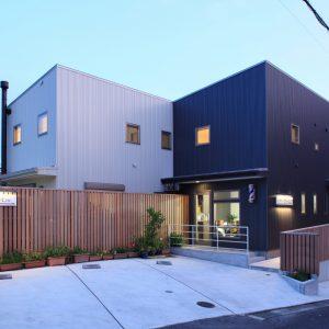 ウッドフェンスの家 【併用住宅/3世帯住宅+理容室】