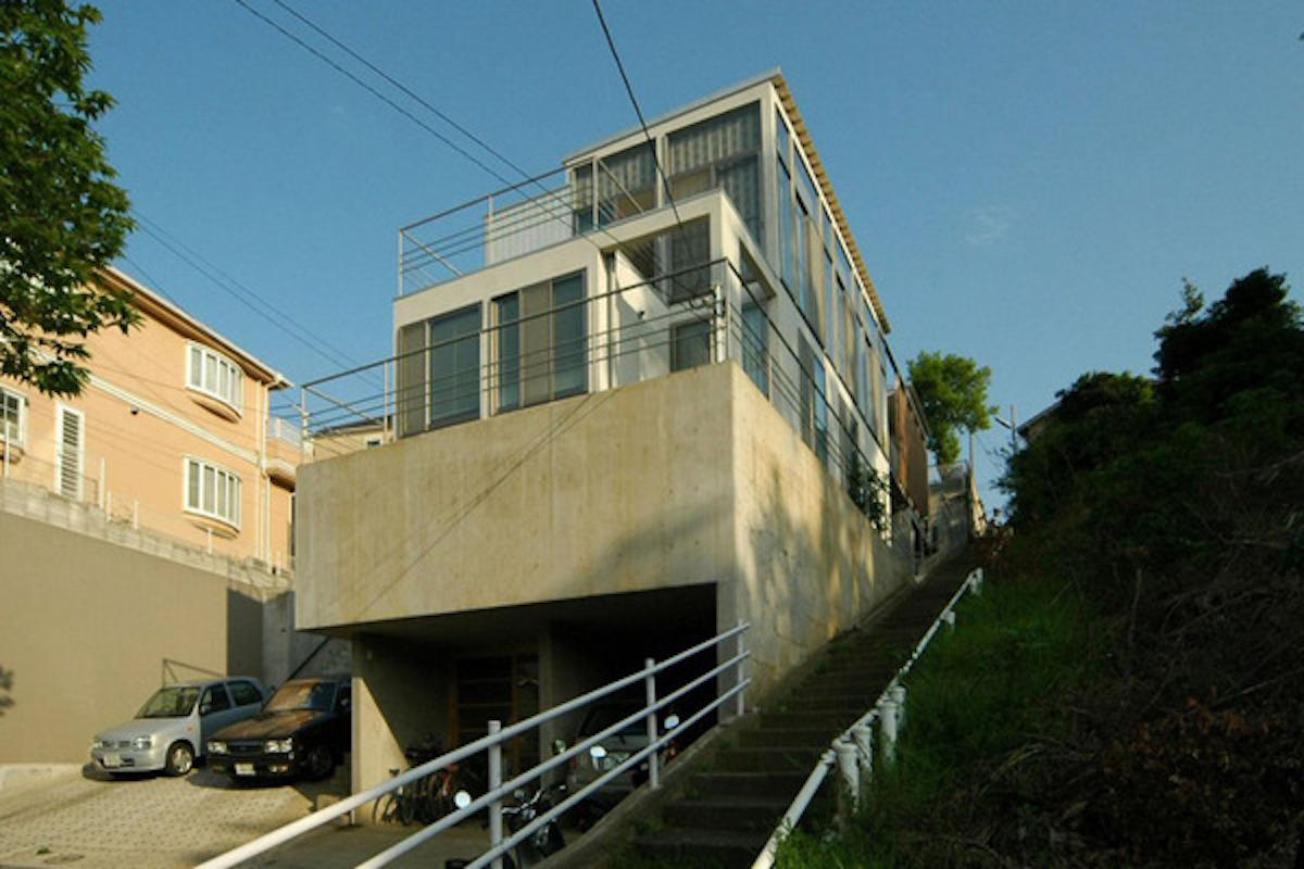 擁壁と一体化した建築物