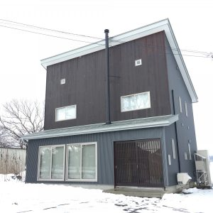 雪深い町の家 【豪雪地域、サンルームに薪ストーブがある家】