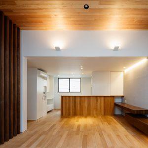 囲んだテラスに開いた2階リビングの家[防火地域の鉄骨造3階建住宅]