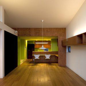 舞台のようなキッチンがある開放的な住まい